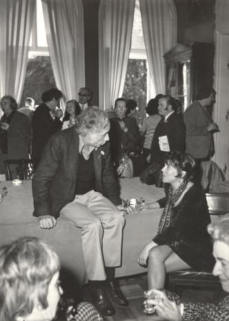 Na łóżku siedzi prof. Peter Howard Selz (dyrektor Uniwersyteckiego Muzeum Sztuki w Berkeley) w rozmowie z żoną J. Kaczmarskiego