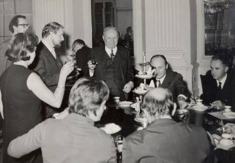 Toast wznosi prof. Stanisław Lorentz, z prawej siedzi Minister Kultury i Sztuki Jan Kaczmarek, z lewej Helmut R. Leppien (Prezes Międzynarodowego Komitetu Muzeów i Zbiorów Sztuki Nowoczesnej - ICOM, Dyrektor TPSP w Hannowerze)