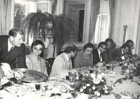od lewej T. Grochowiak, K. Geldmacher, H. Leppien, p. Lorentzowa, dyr. Ryszard Stanisławski (ms), dyr. Eduard Louis Leo de Wilde (Stedelijik Museum w Amsterdamie), Güntner Uecker