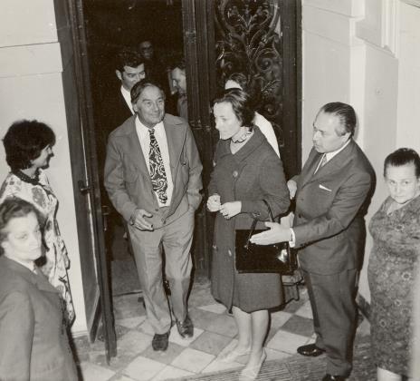 uczestnicy kolokwium przybywają do Muzeum Sztuki w Łodzi, z prawej Halina Grombczewska (inspektor techniczny  ms) i Ryszard Brudzyński (wicedyrektor ms), w drzwiach R. Graetz z żoną