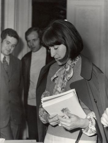 Azra Begic, z tyłu dr Jacek Ojrzyński (Dział Dokumentacji Naukowej) i Janusz Zagrodzki (Dział Grafiki i Rysunku Nowoczesnego)