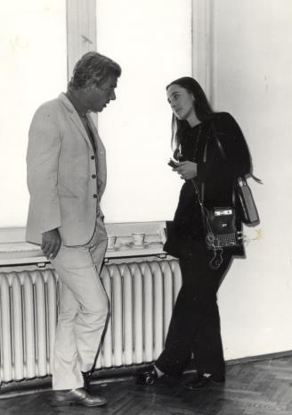 Dyr. Eduard Louis Leo de Wilde (Stedelijik Museum w Amsterdamie) udziela wywiadu dziennikarce miesięcznika Polska