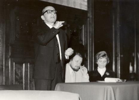 Obrady w sali odczytowej ms, od lewej dyr. Ryszard Stanisławski (ms), Helmut R. Leppien (Prezes Międzynarodowego Komitetu Muzeów i Zbiorów Sztuki Nowoczesnej - ICOM, Dyrektor TPSP w Hannowerze), R. Hammacher