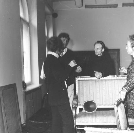 Od lewej dyr. Renilde Hammacher van der Brande (Dział Sztuki Współczesnej Muzeum Boymans - van Beuningen w Rotterdamie), Krystyn Zieliński i Andrzej Łobodziński (autorzy dźwiękowej pracy zatytułowanej Audycja), Ayala Zacks (Toronto)