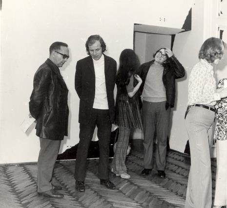 Od lewej Konstanty Gordon (reżyser, Wytwórnia Filmów Oświatowych), Janusz Zagrodzki (Dział Rysunku i Grafiki Nowoczesnej), x, Lech Siemionowicz, Izabela Maria Treliński
