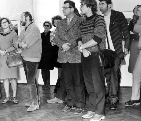 Od lewej B. Lisówna, Jan Łukasik, Wanda Rolińska (Biblioteka Uniwersytetu Łódzkiego),  w garniturze w paski red. Lucjan Włodkowski