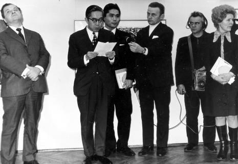Od lewej Mieczysław Ptaśnik (MKiS), przedstawiciel ambasady Japonii w Polsce, tłumacz, red. Jerzy Urbankiewicz (Polskie Radio), dźwiękowiec PR, przedstawicielka KŁ PZPR