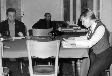 Od lewej red. Jerzy Urbankiewicz (Polskie Radio), x, Janina Ładnowska (Dział Sztuki Nowoczesnej)