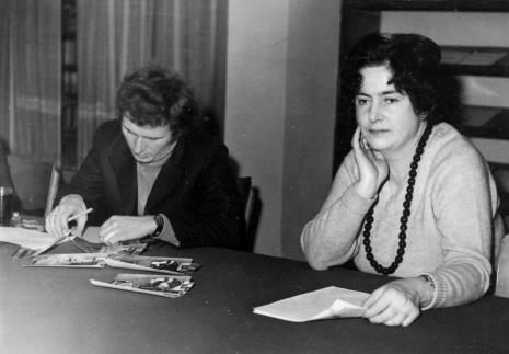 Z prawej Janina Ojrzyńska (Dział Naukowo - Oświatowy)