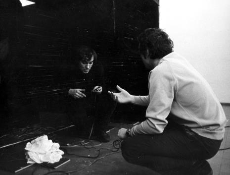 Kazimierz Bendkowski podczas przygotowań do wystawy