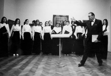 Prof. Kazimierz Dębski, dyrygent Łódzkiego Zespołu Wokalnego - z zespołem
