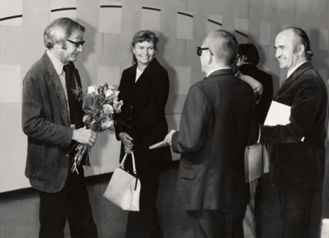 Od lewej François Morellet, przedstawicielka ambasady Francji w Polsce, dyr. Ryszard Stanisławski, Janusz Bogucki (historyk i krytyk sztuki)