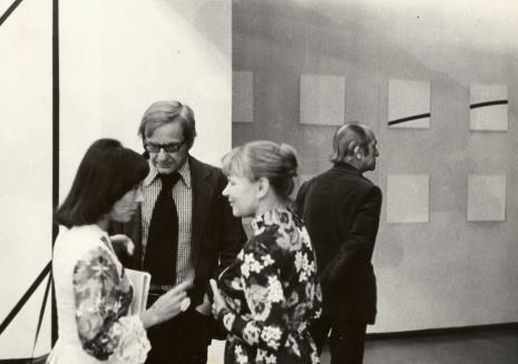 Od lewej żona artysty, François Morellet, Janina Ładnowska (Dział Sztuki Nowoczesnej), Janusz Bogucki (historyk i krytyk sztuki)