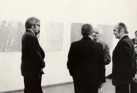 Od lewej François Morellet, dyr. Ryszard Stanisławski (tyłem), Henryk Stażewski, Janusz Bogucki (hhistoryk i krytyk sztuki)