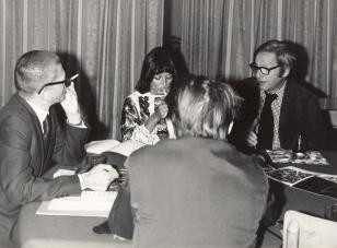 Konferencja prasowa w czytelni biblioteki Działu Dokumentacji Naukowej, od lewej dyr. Ryszard Stanisławski, żona artysty, François Morellet