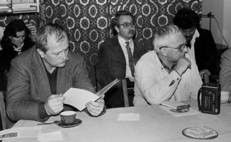 Konferencja prasowa w czytelni biblioteki ms, z katalogiem Bronisław Podgarbi (Ośrodek Dokumentacji Zabytków), w głębi w okularach W. Stępień