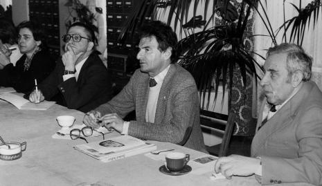 Konferencja prasowa w czytelni biblioteki ms, od lewej red. Krystyna Namysłowska (Polskie Radio), dyr. Ryszard Stanisławski (ms), Jerzy Kosiński, Izaak Kersz (Gmina Wyznaniowa Żydowska w Łodzi)