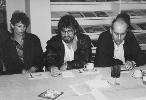 Konferencja prasowa w czytelni biblioteki ms, żona artysty, Andrzej Szewczyk, Jaromir Jedliński (Dział Fotografii i Technik Wizualnych)