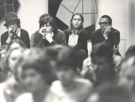 Uczestnicy spotkania, w głębi z prawej dyr. Ryszard Stanisławski