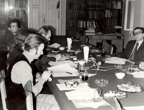 Uczestnicy spotkania w czytelni biblioteki Działu Dokumentacji Naukowej, pierwszy z lewej dr Jacek Ojrzyński (Dział Dokumentacji Naukowej), z prawej dyr. Ryszard Stanisławski