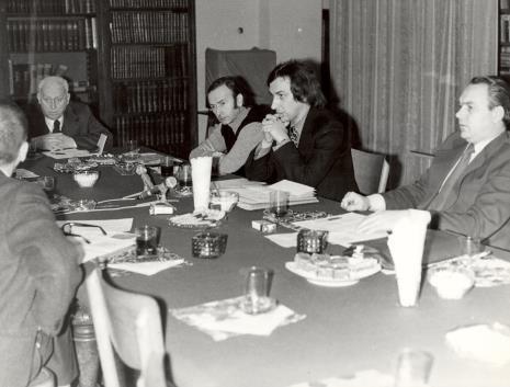 Uczestnicy spotkania w czytelni biblioteki Działu Dokumentacji Naukowej, od prawej x, Andrzej Lachowicz, x, prof. Juliusz Starzyński
