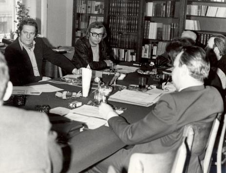 Uczestnicy spotkania w czytelni biblioteki Działu Dokumentacji Naukowej, w głębi (w okularach) Zbigniew Dłubak
