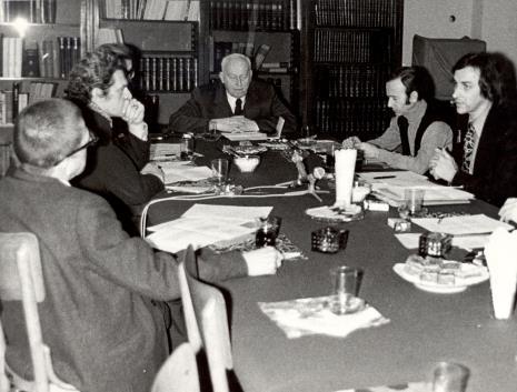 Uczestnicy spotkania w czytelni biblioteki Działu Dokumentacji Naukowej, pośrodku Stefan Starzyński, głos zabiera Andrzej Lachowicz