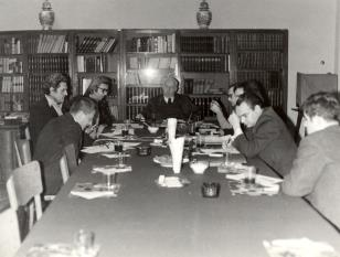 Uczestnicy spotkania w czytelni biblioteki Działu Dokumentacji Naukowej, od lewej dyr. Ryszard Stanisławski, x, Zbigniew Dłubak, prof. Juliusz Starzyński