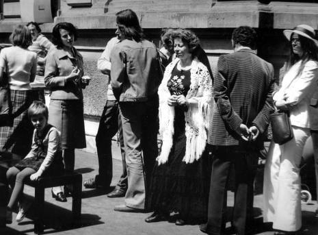 Od prawej żona P. Brattingi (w kapeluszu), x, Catherine Val, x, Urszula Czartoryska (Dział Fotografii i Technik Wizualnych), siedzi Olga Stanisławska