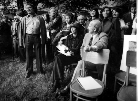 W swetrze narzuconym na ramiona Leszek Rózga, obok z prawej Roman Opałka