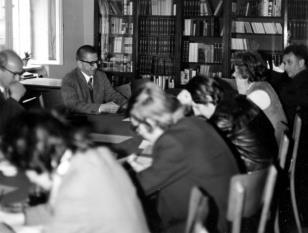 Dyr. Ryszard Stanisławski prowadzi konferencję prasową i spotkanie z Pierre Descquargesem, dyrektorem Radiofonii Francuskiej (i mężem Catheriny Val) w czytelni biblioteki Działu Dokumentacji Naukowej
