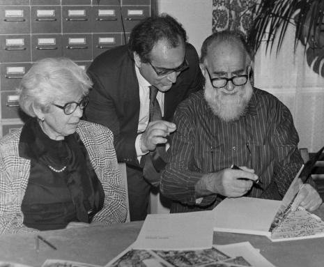 Konferencja prasowa w czytelni biblioteki ms, Emilio Vedova z żoną, w środku dyr. [?] Catalani (Instytut Włoski w Warszawie)
