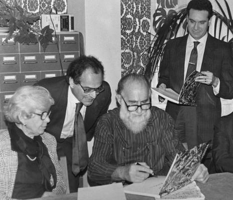 Konferencja prasowa w czytelni biblioteki ms, Emilio Vedova z żoną, w środku dyr. [?] Catalani (Instytut Włoski w Warszawie), z prawej tłumacz
