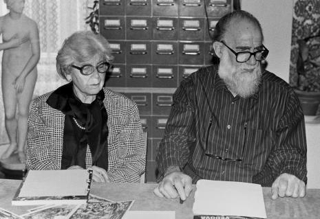Konferencja prasowa w czytelni biblioteki ms, Emilio Vedova z żoną
