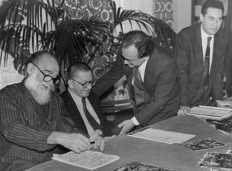 Konferencja prasowa w czytelni biblioteki ms, od lewej Emilio Vedova, dyr. Ryszard Stanisławski (ms), dyr. [?] Catalani (Instytut Włoski w Warszawie), tłumacz