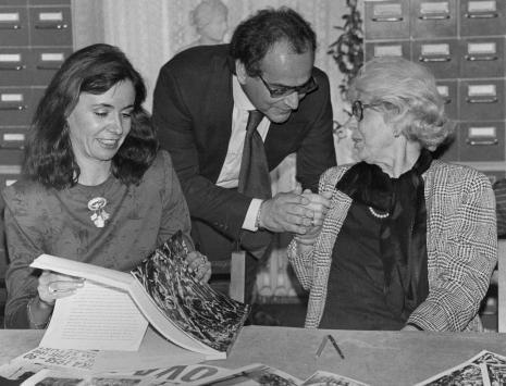 Konferencja prasowa w czytelni biblioteki ms, od lewej A. Garcia (krytyk z Hiszpanii), dyr. [?] Catalani (Instytut Włoski w Warszawie), żona E. Vedovy