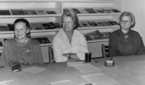 Konferencja prasowa w czytelni biblioteki ms, od lewej Janina Ładnowska (Dział Sztuki Nowoczesnej), x, Marta Ertman (Dział Sztuki Polskiej)