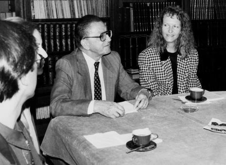 Konferencja prasowa w czytelni biblioteki ms, dyr. Ryszard Stanisławski (ms), komisarz wystawy dr Ursula Zeller
