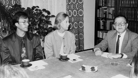 Konferencja prasowa w czytelni biblioteki ms, od lewej x, Felicyta Karg-Baumeister, dyr. Ryszard Stanisławski (ms)