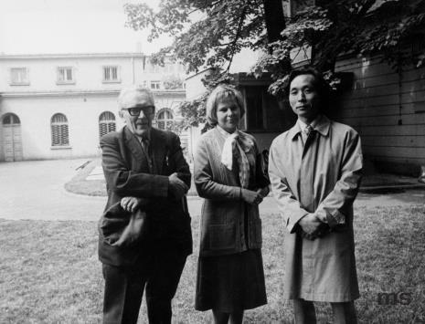 Od lewej Alfred Lenica, Janina Ładnowska (Dział Sztuki Nowoczesnej), Koji Kamoji