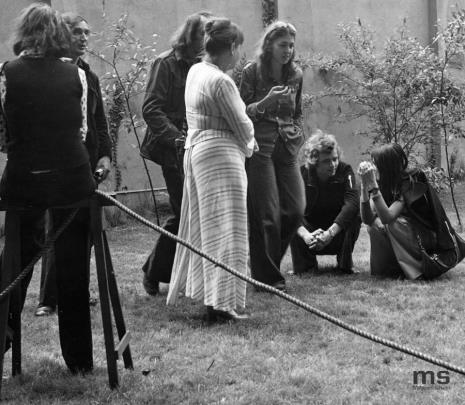 Lekcja dla uczniów XXIX LO w Łodzi prowadzona przez Tadeusza Kantora, drugi z lewej Wiesław Borowski (Galeria Foksal w Warszawie), w jasnej sukience Maria Stangret