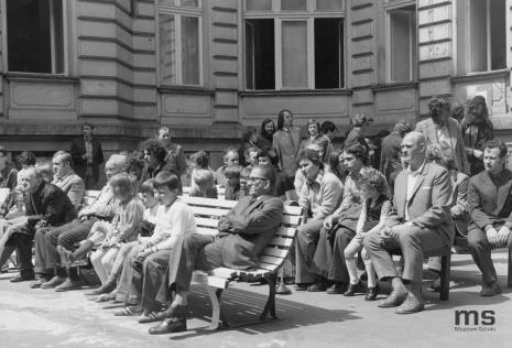 Publiczność, na pierwszym planie dyr. Ryszard Stanisławski