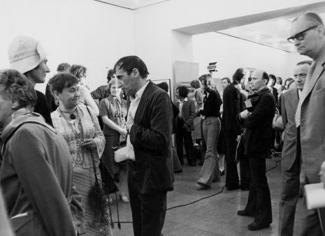 Z lewej x, Tadeusz Kantor i Maria Kantor-Stangret na otwarciu, trzeci z prawej red. Jerzy Katarasiński (Odgłosy)