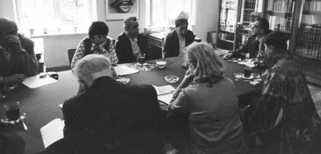 Konferencja prasowa w czytelni biblioteki Działu Dokumentacji Naukowej, od lewej Apoloniusz Zawilski, od lewej red. Krystyna Tamulewicz-Górna (Radio Łódź), x, Tadeusz Kantor, dyr. Ryszard Stanisławski,
