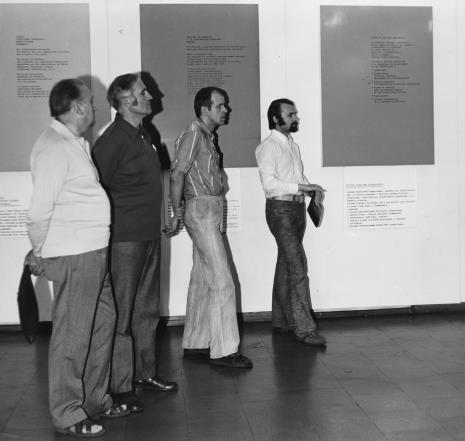 Od lewej Zdzisław Konicki (archiwista), x, Janusz Zagrodzki (Dział Rysunku i Grafiki Nowoczesnej), Grzegorz Sztabiński (PWSSP)