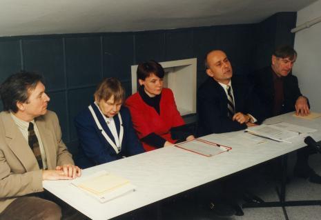 Konferencja prasowa, od lewej Andrzej Krauze, Janina Ładnowska i Zenobia Karnicka (Dział Sztuki Nowoczesnej), dyr. Jaromir Jedliński (ms), Józef Robakowski