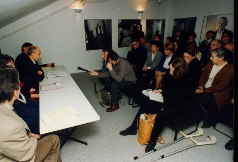 Konferencja prasowa, w pierwszym rzędzie z prawej red. Marzena Bomanowska (Gazeta Wyborcza w Łodzi), w drugim rzędzie od lewej dr Daniel Spanke, Maria Sapkowa, Nika Strzemińska, red. Gustaw Romanowski (Rzeczpospolita), x