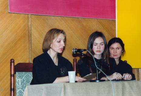 Dr Tatiana Bielajewa wygłasza referat Władysław Strzemiński i inni artyści polscy w kręgu Kazimierza Malewicza, obok tłumaczka i dr Wanda Kemp-Welch