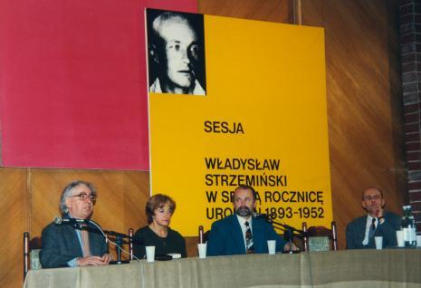 Od lewej Stanisław Fijałkowski (PWSSP w Łodzi), Nika Strzemińska (córka Władysława Strzemińskiego), Grzegorz Sztabiński (PWSSP w Łodzi), dyr. Jaromir Jedliński