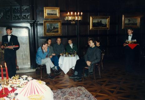Przy stoliku siedzą x, Krzysztof Jurecki (Dział Fotografii i Technik Wizualnych), dr Janusz Zagrodzki (Muzeum Narodowe w Warszawie, Janina Ładnowska (Dział Sztuki Nowoczesnej), Ryszard Kluszczyński